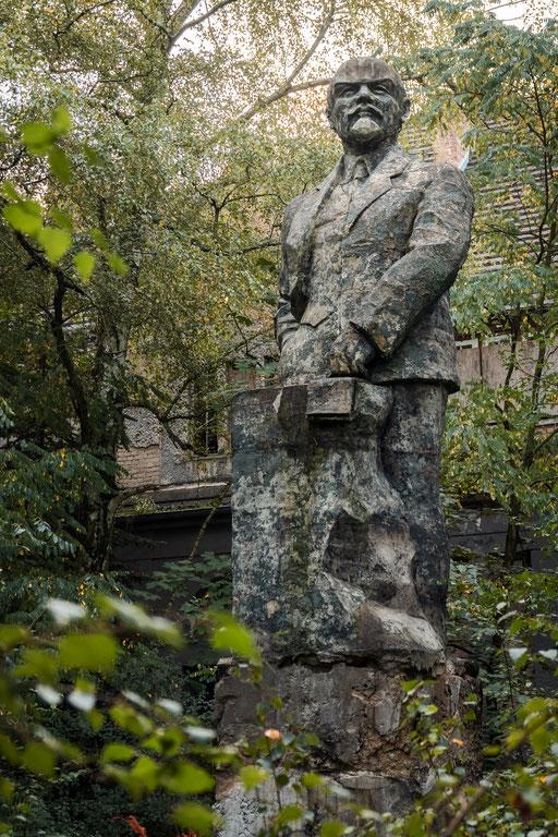 Lenindenkmal vor einem verlassenen Theater