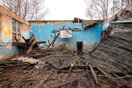 eingestürzte Turnhalle in einer ehemaligen GSSD Kaserne (Deutschland)