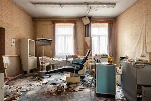 verlassene Zahnarztpraxis in einem Großbetrieb