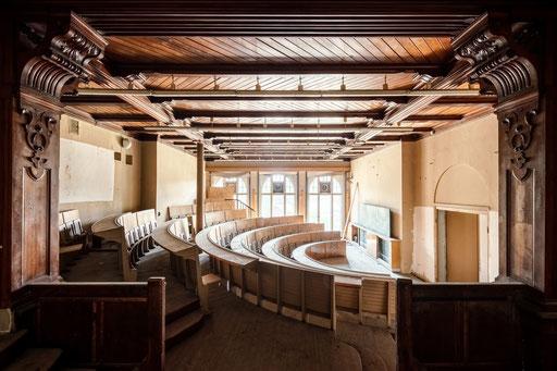 Hörsaal in einer verlassenen Villa