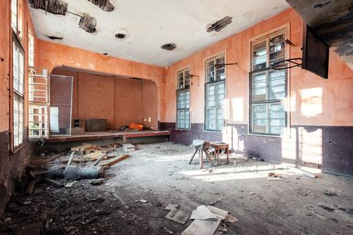 Turnhalle in einer verlassenen Schule