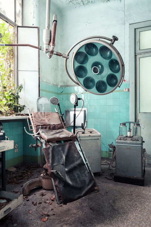 Operationssaal in einer verlassenen Psychiatrie (Italien)