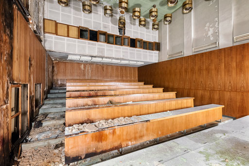Hörsaal einer verlassenen Schule (Deutschland)
