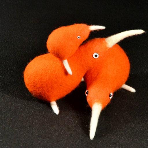 Zwei ausgewachsene und ein Baby Kiwi aus orangenem Filz