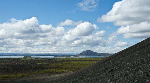 La descente du cratère Hverfjall, près du lac Myvatn