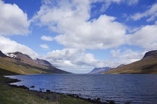Le paisible fjord Mjoifjördur