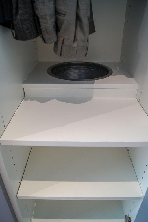 Wäscheabwurf in Schrank integriert