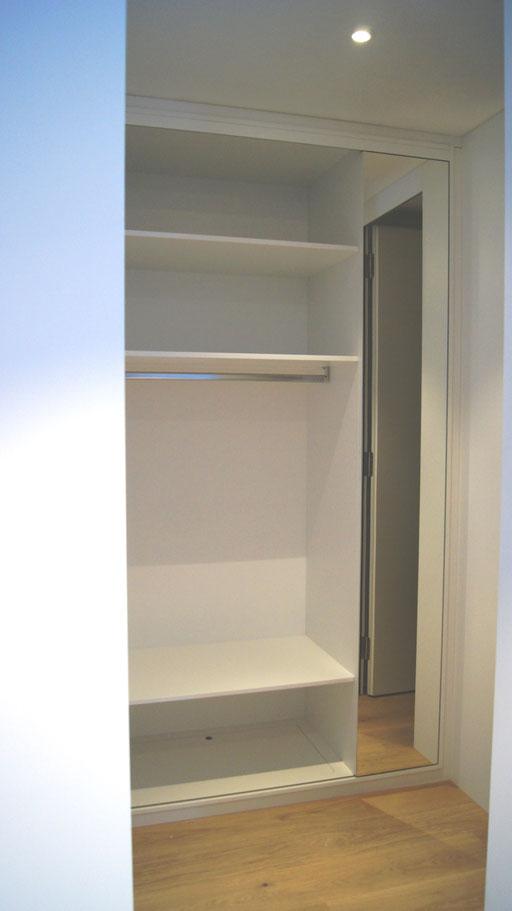 Garderobe offen mit Schiebeelement mit Spiegel