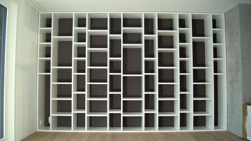 Bücherregal weiss lackiert mit grauer Rückwand