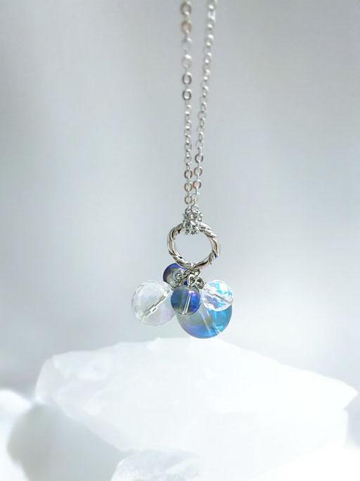 小さなリングがチェーンにころんとぶら下がるお洒落で可愛らしいデザイン。