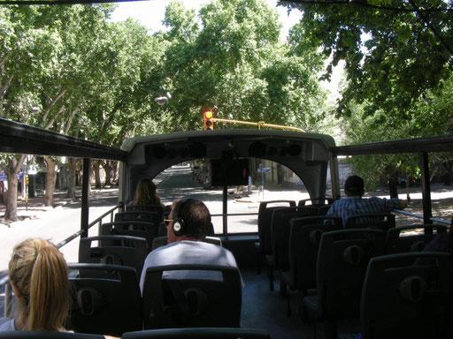 Im Open-Air-Bus lassen wir uns informativ durch Mendoza pilotieren