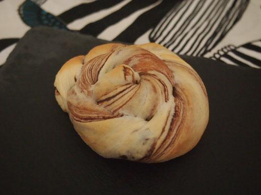 白いチョコパン コンビニパンでお馴染みのモチっとした食感が魅力のパンです