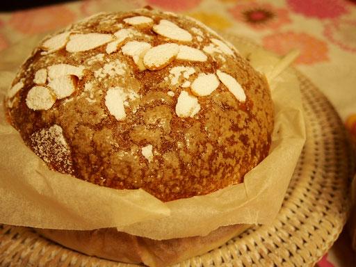 ベネチアーナ オレンジマーマレードにマカロン生地をかけてふわふわの甘いパンを作ります