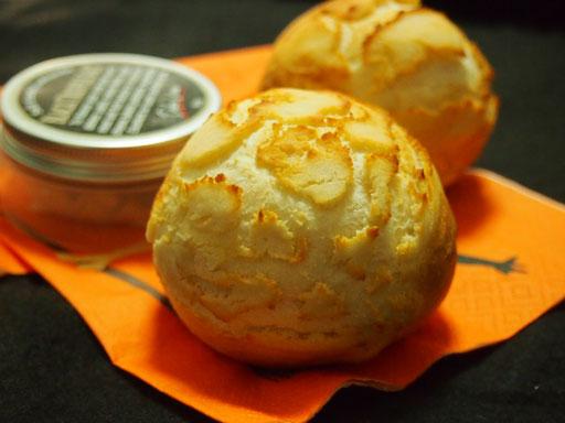 ダッチブレッド ヒビ割れがかっこいい、塩気のパンです、ハムまたはベーコンが中に入ります