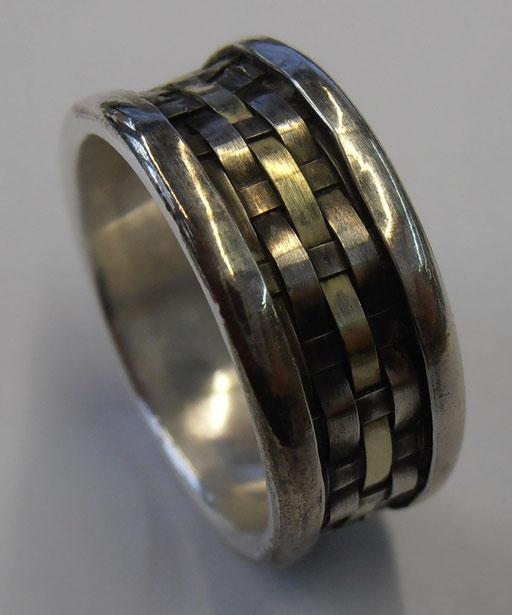 Ring mit gewebtem Innenteil aus Silber und Goldstreifen