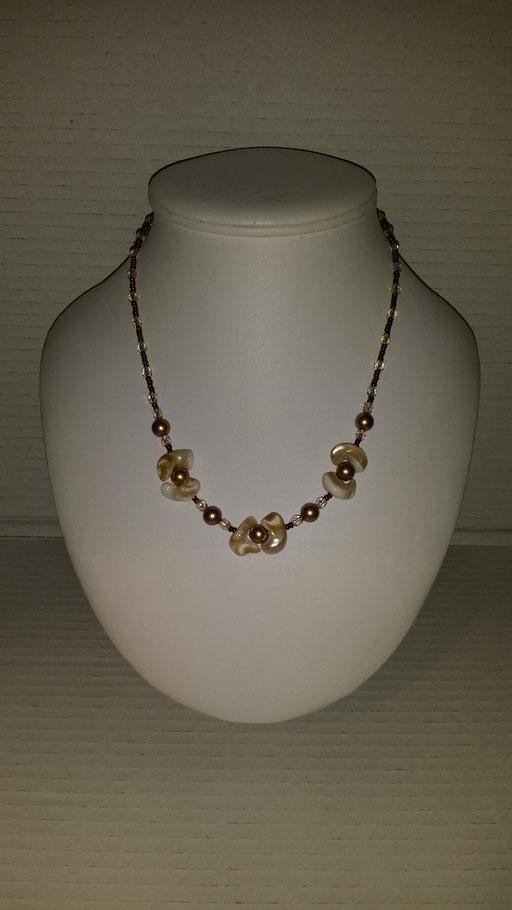 N° 17 Collier en Cristal  blanc fil or et nacres de coquillages