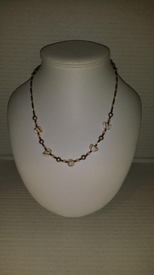 N° 22 Collier en perles de Cristal  Nacrées marrons, nacres de coquillages et perles en Cristal  blanc fil or