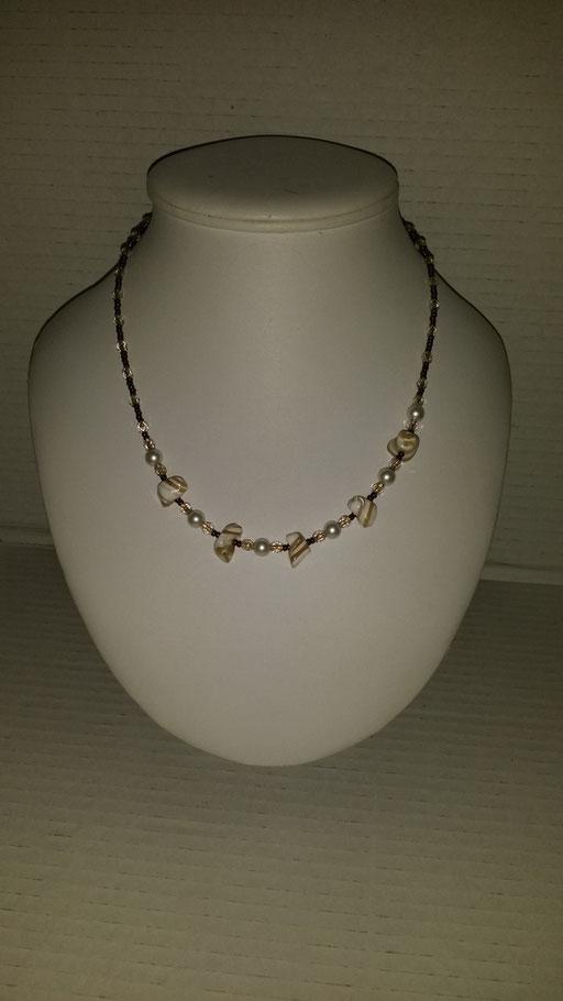 N° 23 Collier en perles de Cristal  Nacrés blanc, nacres de coquillages et perles en Cristal blanche fil or