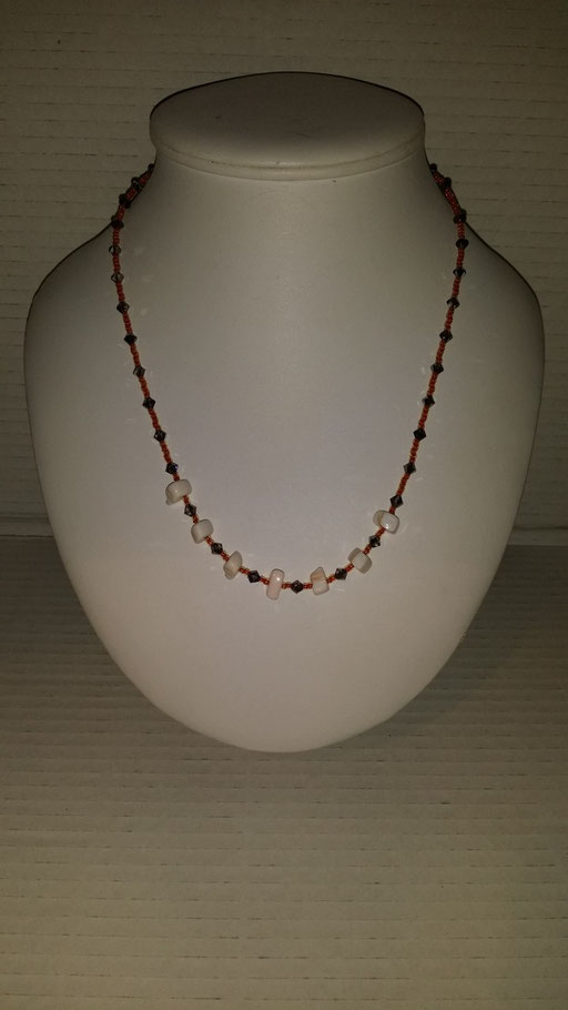N° 24 Collier en Cristal  gris perles en nacres de coquillages et rocailles