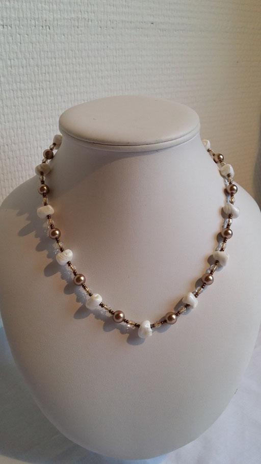 N° 19 Collier en Cristal blanc fil or, perles de cristal Swarovski nacrées et nacre de coquillages