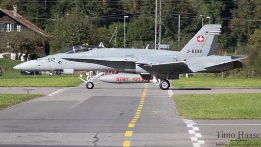 F/A-18 J-5012 kreuzt die Fahrbahn beim Start