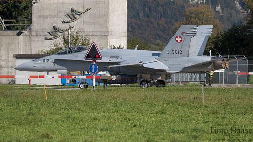 F/A-18 J-5012 beim überqueren der Strasse