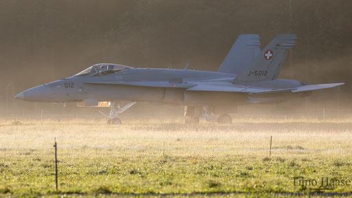 F/A-18 J-5012 beim rollen nach dem verlassen der Kaverne