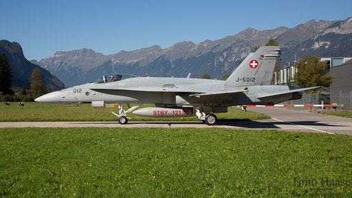 F/A-18 J-5012 rollt zur Kaverne