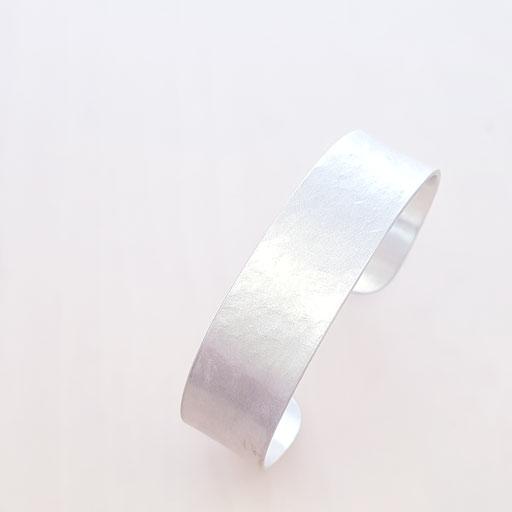 Armreif mit der Struktur eines zerknitterten Papiers / 925 Ag