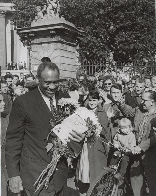 Vor der Humboldt-Universität nach der Verleihung der Ehrendoktorwürde, Berlin 1960