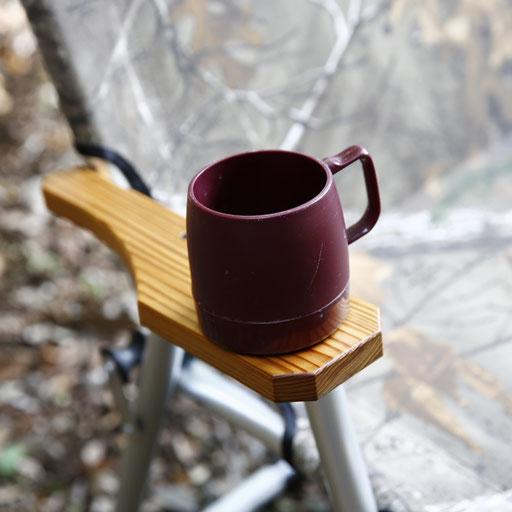 アームレストには溝が掘ってあり、350mlの缶やダイネックスのカップなどが置けます。