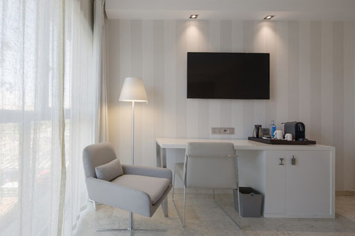 Conception sur-mesure en partenariat avec votre architecte ou sans architecte Mobilier standard ou réalisation de mobilier sur-mesure Mobilier, luminaires, décoration murale, accessoires, rideaux, linge de lit  Une équipe de professionnels pour l'installa