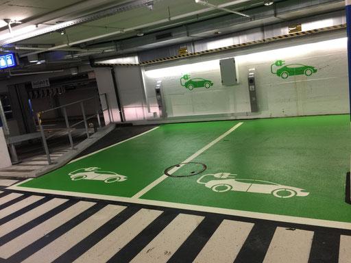 Individuelle Markierung eines Parkfeldes in einem Parkhaus für Elektrofahrzeuge