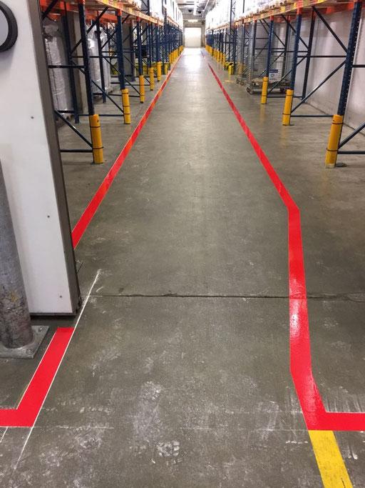 Individuelle Markierung, Weg mit Führungslinien in einer Fabrikhalle