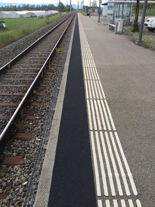 Taktile Führungslinien entlang eines Bahnsteiges  für sehbehinderte- und blinde Menschen