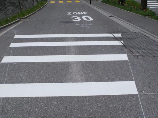 Strassenmarkierung Tempt 30 mit Fussgängerstreifen