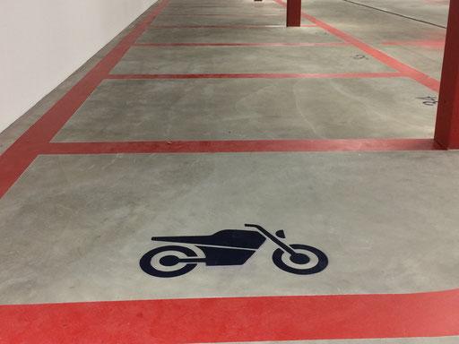 Individuelle Parkplatzmarkierung für Motorräder, Motorfahrräder, Mofas in einen Parkhaus