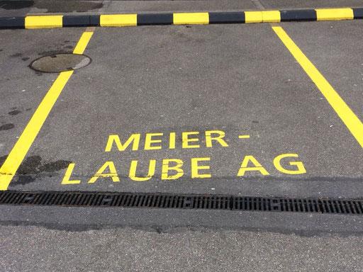 Parkplatzmarkierung mit Firmenlogo