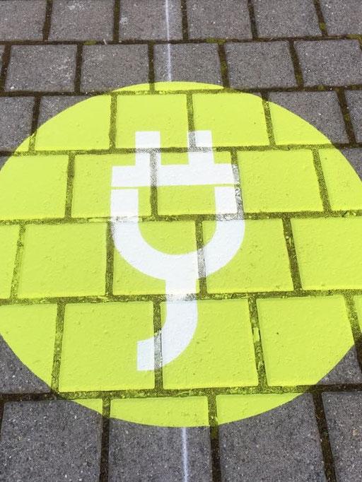 Individuelle Parkplatzmarkierung, spezial Logo, Parkplatz für Elektroauto