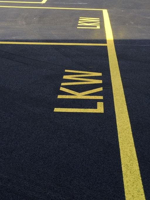 Strassenmarkierung, Arealmarkierung eines Parkfeldes für LKW