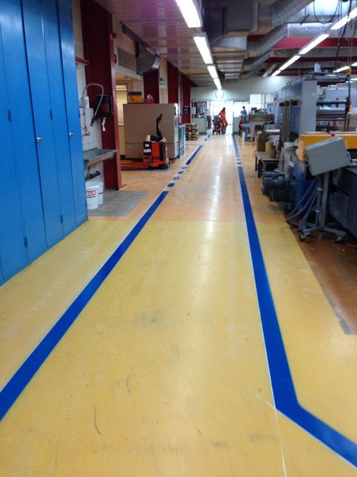 Weglinien Markierung in einer Industriehalle