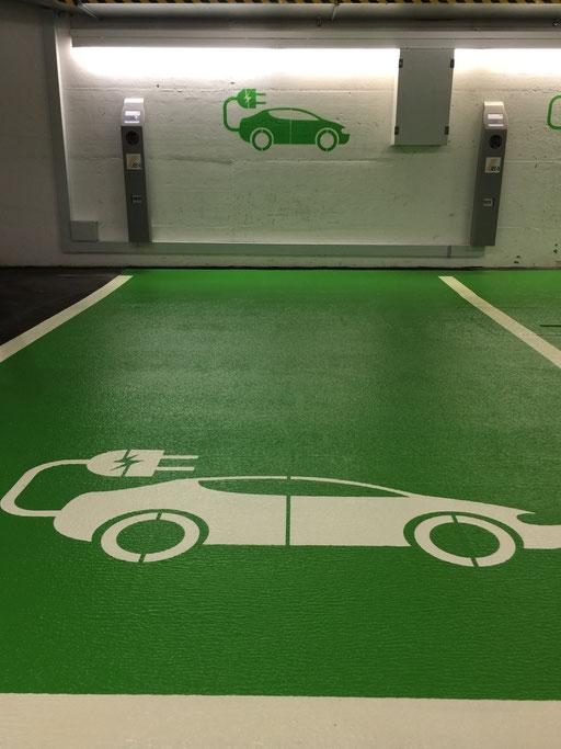 Individuelle Parkplatzmarkierung, spezial Logo, Parkplatz für Elektroauto in einem Parkhaus