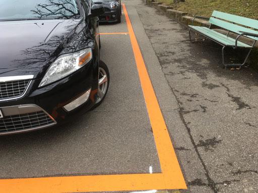 Temporäre Markierung eines Parkplatztes wegen Strassenbauarbeiten