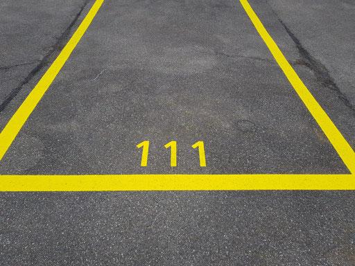 Parkplatzmarkierung mit Nummerierung