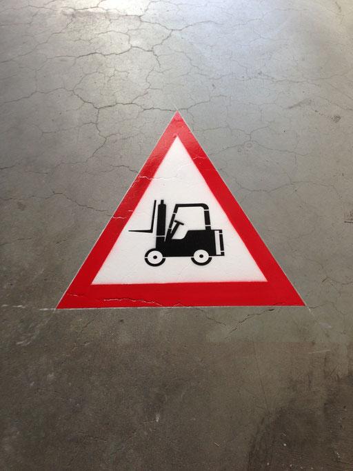 """Logo Markierung """"kein Vortritt für Staplerfahrer"""" in einer Industriehalle"""