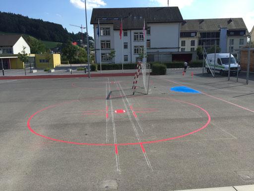 Fertige Spielfeld Markierung auf einem Pausenplatz