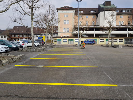 Parkplatzmarkierung auf einemn öffentlichen Parkplatz