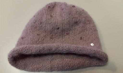 Mütze aus Alpaca und Kid Mohair von Drops, mit eingestrickten Pailletten.