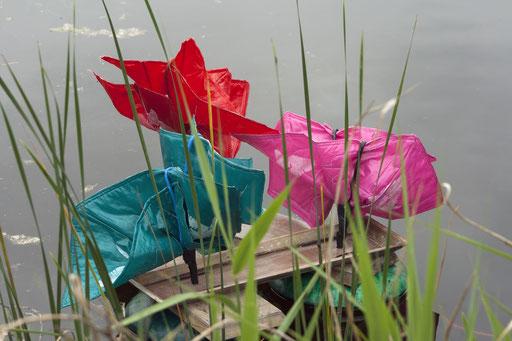 Drijvende kleurrijke beweging geinspireerd door de watermolens in de Weerribben