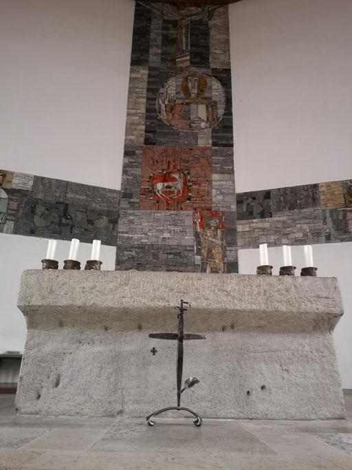 Altarkreuz vor dem Altar in der Stadtpfarrkirche in Ichenhausen